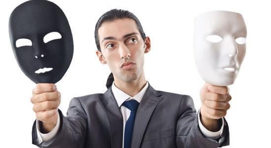 hombre con dos mascaras ue simboliza la confiabilidad de un sitio web